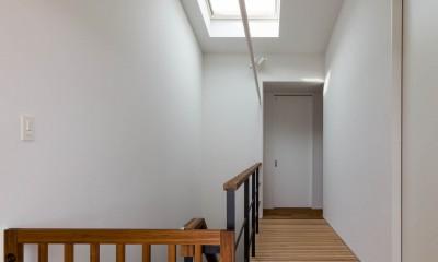 2つのリビングの家 (廊下)