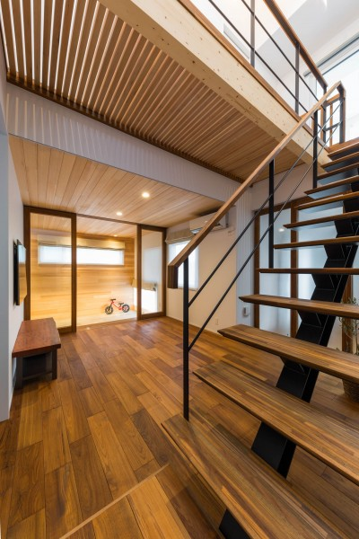 階段 (2つのリビングの家)