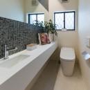 段々天井の家の写真 トイレ