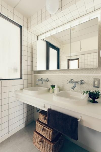 コンパクトなダブルボールの洗面室 (リノベーション / skra)
