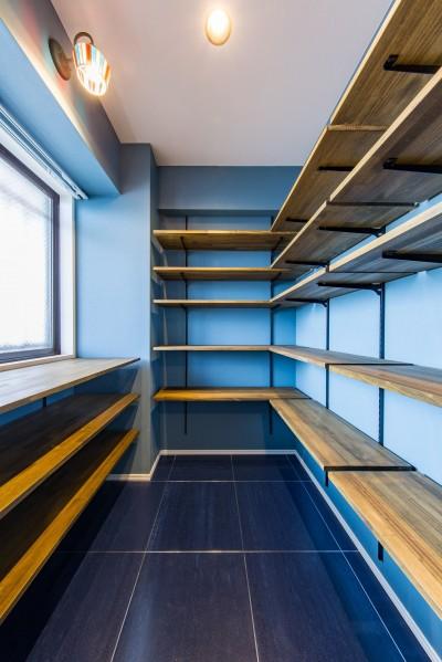 シューズインクローゼット (ブルーのインパクト。収納豊富なM様邸 ~スケルトン×フルリノベーション~)