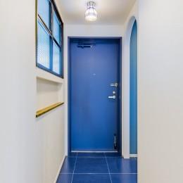 ブルーのインパクト。収納豊富なM様邸 ~スケルトン×フルリノベーション~ (玄関)