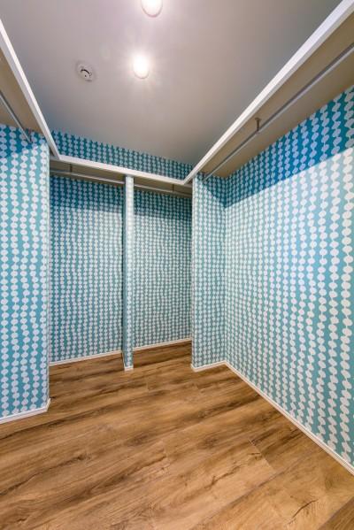 ウォークインクローゼット (ブルーのインパクト。収納豊富なM様邸 ~スケルトン×フルリノベーション~)