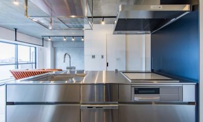 ブルーのインパクト。収納豊富なM様邸 ~スケルトン×フルリノベーション~ (オリジナルステンレスキッチン)