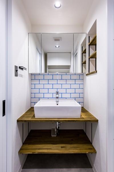 洗面化粧台 (ブルーのインパクト。収納豊富なM様邸 ~スケルトン×フルリノベーション~)