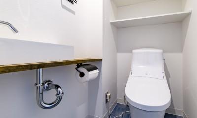 ブルーのインパクト。収納豊富なM様邸 ~スケルトン×フルリノベーション~ (トイレ)