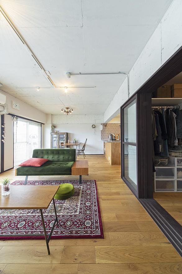 兵庫県Kさん邸:味のある自然素材の空間を見渡して心地よく (明るく開放感のある広々リビング)