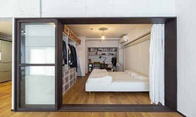 兵庫県Kさん邸:味のある自然素材の空間を見渡して心地よく (寝室+書斎スペース1)