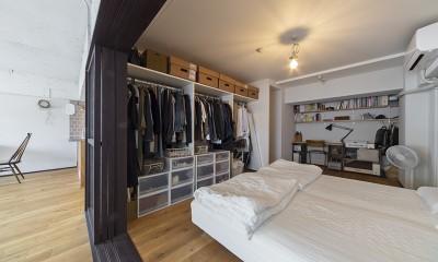 兵庫県Kさん邸:味のある自然素材の空間を見渡して心地よく (寝室+書斎スペース2)