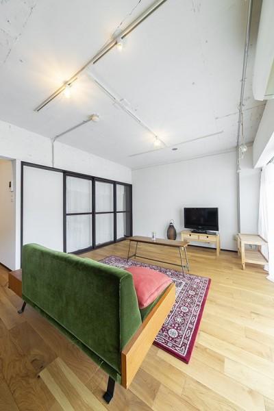 兵庫県Kさん邸:味のある自然素材の空間を見渡して心地よく (インテリアも素敵なリビング)