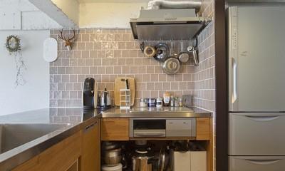 兵庫県Kさん邸:味のある自然素材の空間を見渡して心地よく (ステンレスと木の造作キッチン)