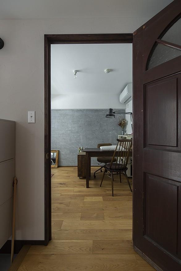 兵庫県Kさん邸:味のある自然素材の空間を見渡して心地よく (洋室1)