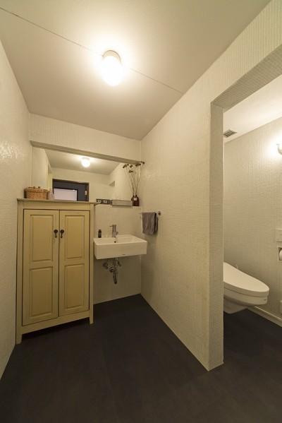 洗面・トイレ (兵庫県Kさん邸:味のある自然素材の空間を見渡して心地よく)