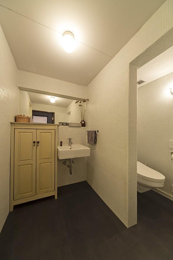 兵庫県Kさん邸:味のある自然素材の空間を見渡して心地よく (洗面・トイレ)