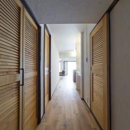 兵庫県Kさん邸:味のある自然素材の空間を見渡して心地よく (無垢床の廊下)