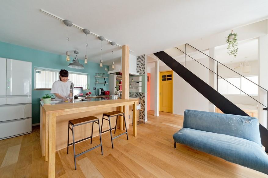 大阪府Mさん邸:広い玄関土間やオープンなキッチンで明るく (色使いの楽しいLDK)