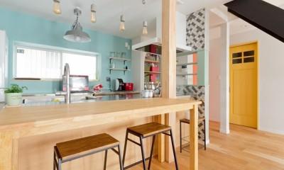 大阪府Mさん邸:広い玄関土間やオープンなキッチンで明るく (キッチンカウンター)