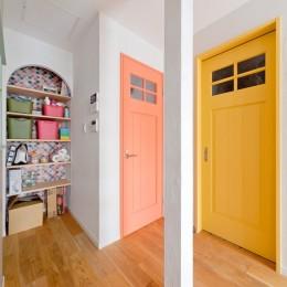 大阪府Mさん邸:広い玄関土間やオープンなキッチンで明るく (アーチ型の収納棚)