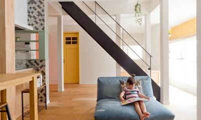 大阪府Mさん邸:広い玄関土間やオープンなキッチンで明るく (アイアン階段)