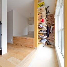 大阪府Mさん邸:広い玄関土間やオープンなキッチンで明るく (玄関土間と、小上がり畳スペース)