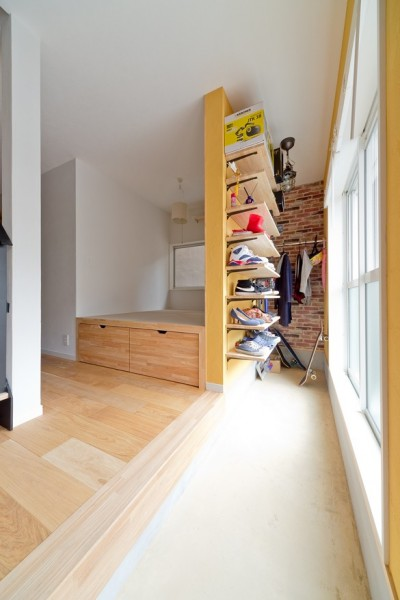 玄関土間と、小上がり畳スペース (大阪府Mさん邸:広い玄関土間やオープンなキッチンで明るく)