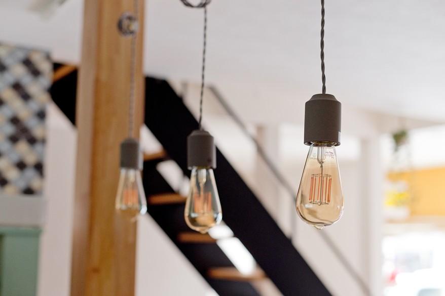 大阪府Mさん邸:広い玄関土間やオープンなキッチンで明るく (照明)