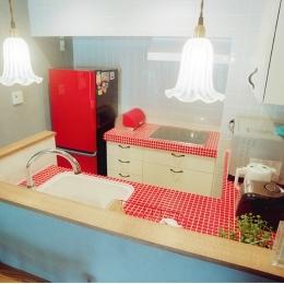 リノベーション / lattice (赤いモザイクタイルキッチン/全体)