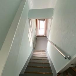 築50年のビル改装、ワンフロアの改装後の階段リフォーム