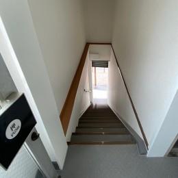 築50年のビル改装、ワンフロアの改装後の階段リフォーム (1階~2階はシンプルに。白の壁になっています。)