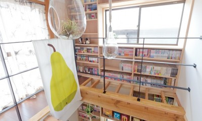 兵庫県Kさん邸:吹抜け一面に、本棚を (壁一面の本棚 2階)