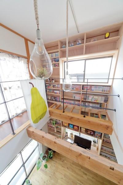 壁一面の本棚 2階 (兵庫県Kさん邸:吹抜け一面に、本棚を)