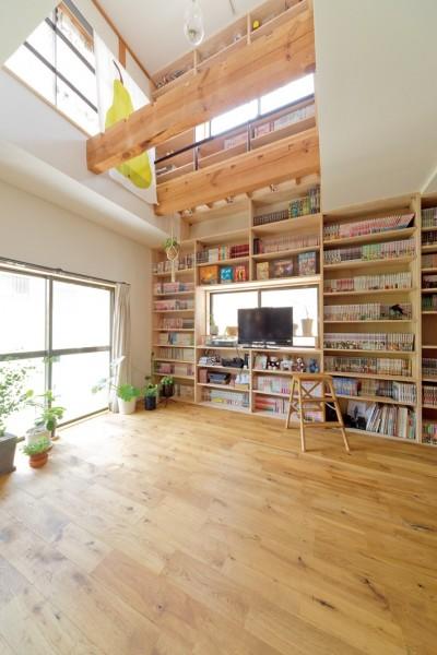 壁一面の本棚 1階 (兵庫県Kさん邸:吹抜け一面に、本棚を)