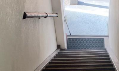 築50年のビル改装、ワンフロアの改装後の階段リフォーム (リフォーム前の様子)