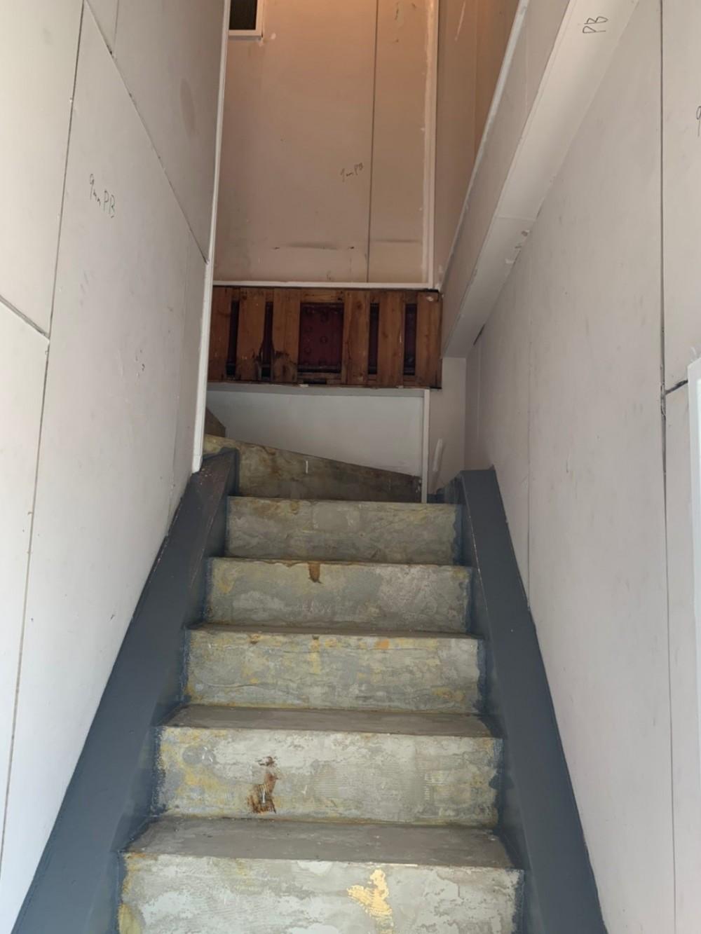 築50年のビル改装、ワンフロアの改装後の階段リフォーム (リフォーム前の様子 その2)