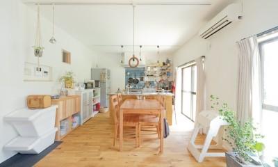 兵庫県Kさん邸:吹抜け一面に、本棚を (庭に面した明るいキッチン)