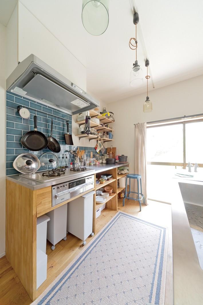 兵庫県Kさん邸:吹抜け一面に、本棚を (キッチン)