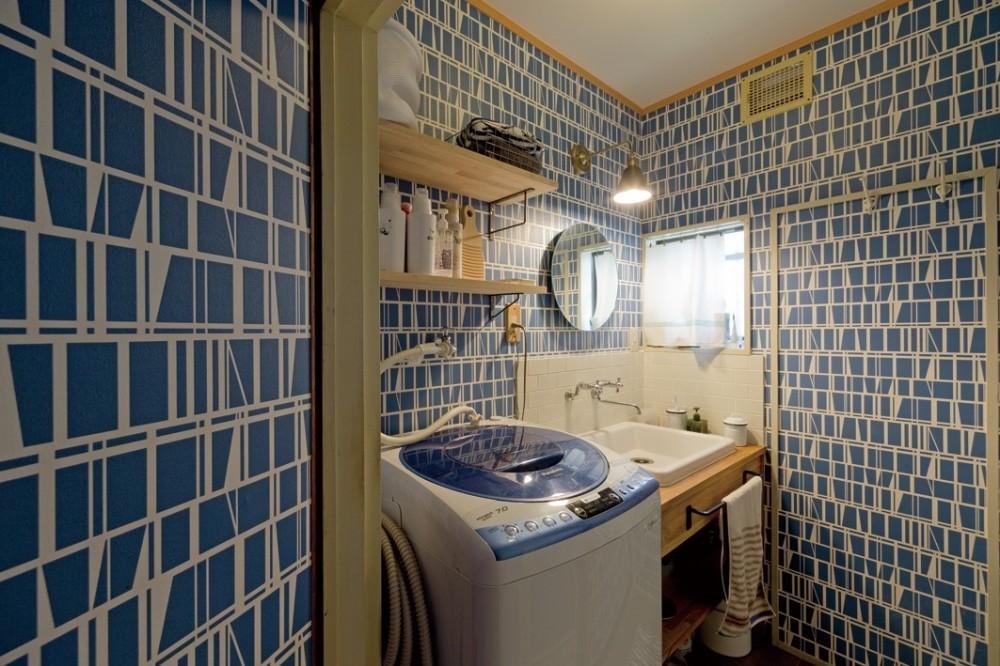 兵庫県Kさん邸:吹抜け一面に、本棚を (ブルーが基調の洗面室)