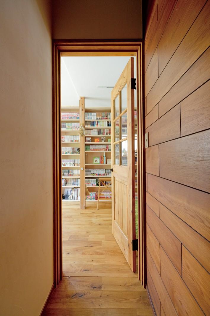 兵庫県Kさん邸:吹抜け一面に、本棚を (廊下)