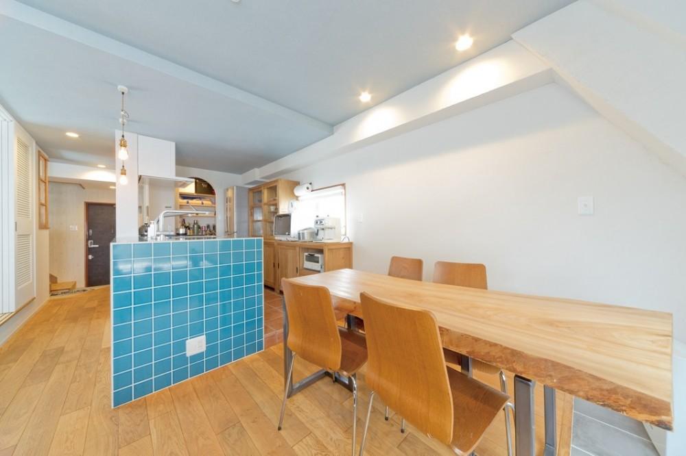 大阪府Kさん邸:水回りを移動し、スキップフロアの広々LDKに (ブルーのタイルが主役のキッチン)