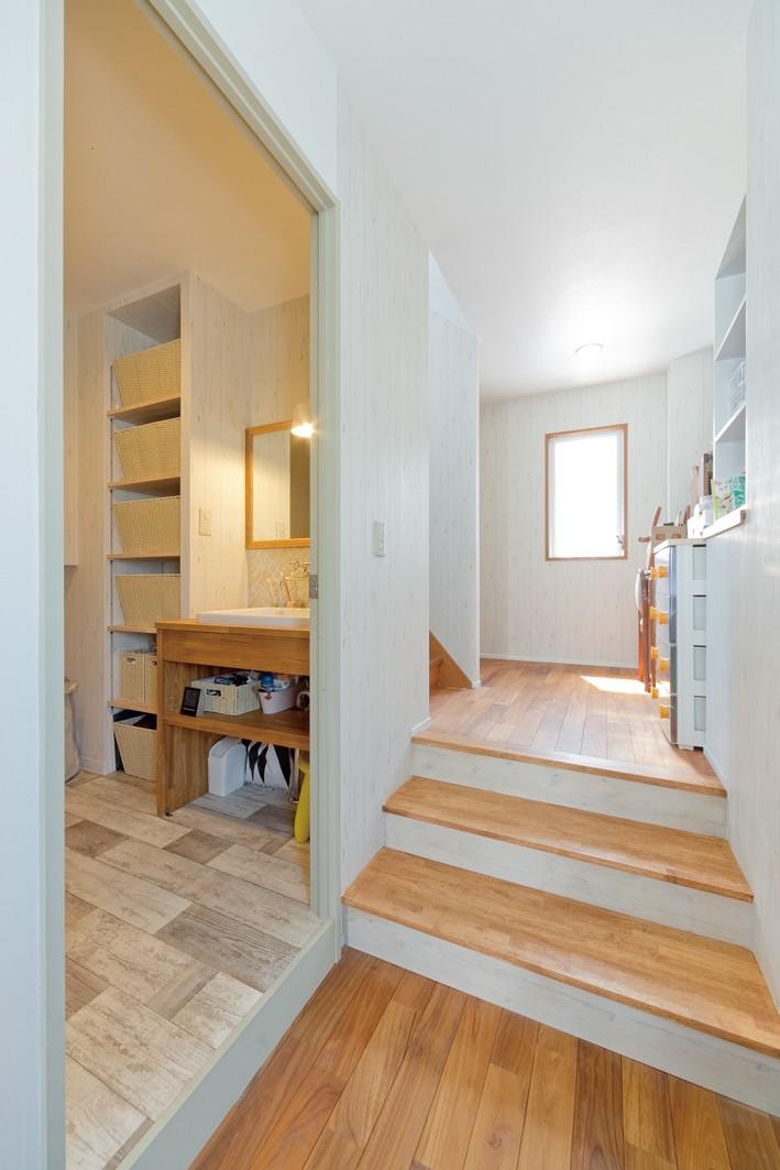 大阪府Kさん邸:水回りを移動し、スキップフロアの広々LDKに (階段・洗面室)