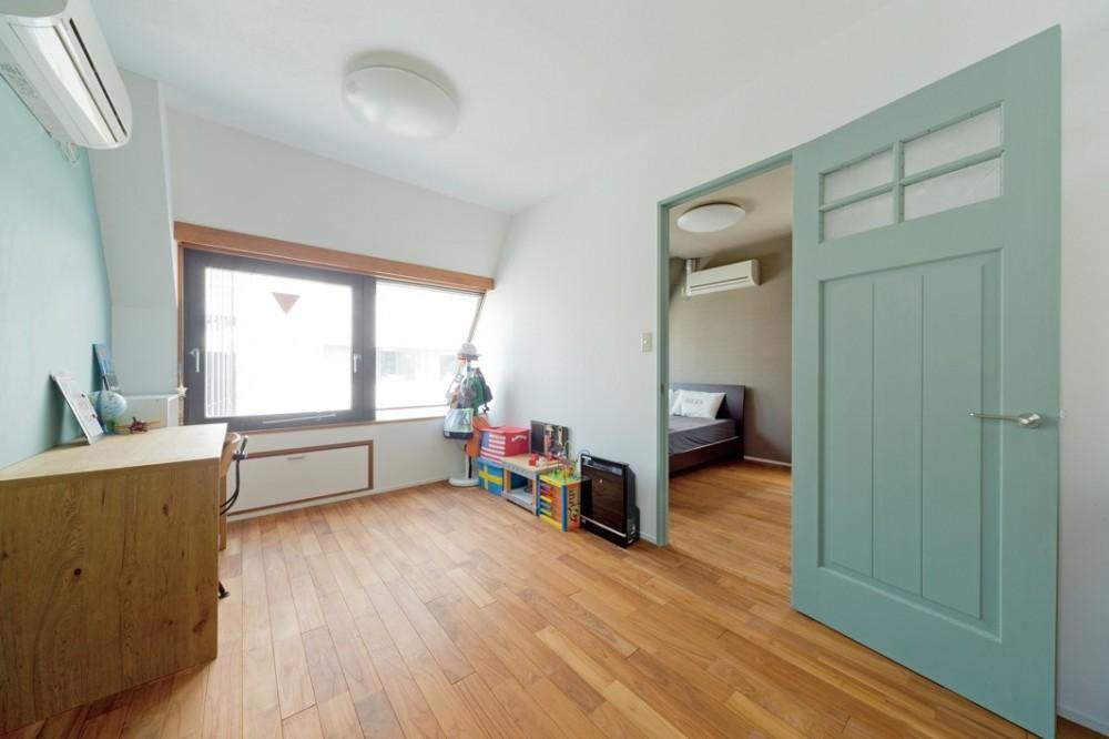 大阪府Kさん邸:水回りを移動し、スキップフロアの広々LDKに (建具が印象的な部屋)