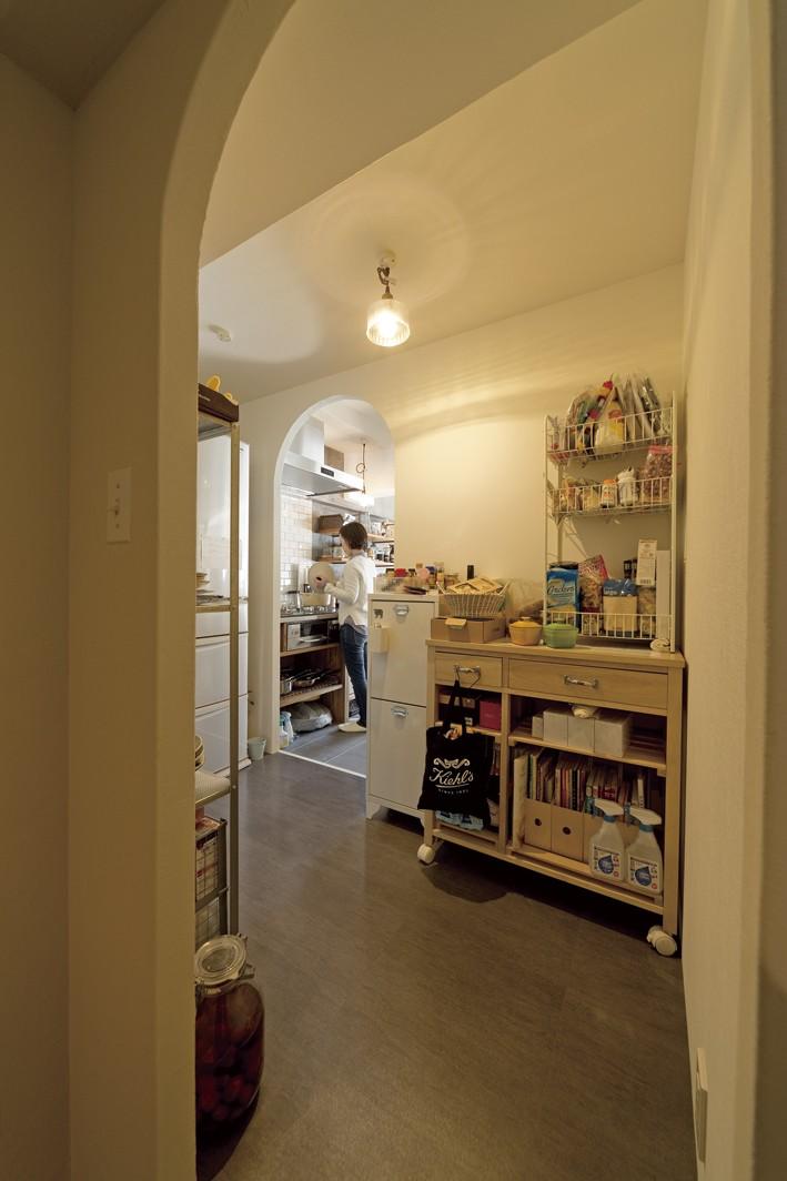 大阪府Kさん邸:日当たりと眺望を楽しめる広々したLDK (広いパントリー)