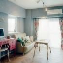 グレーの漆喰壁が家具の色を引き立たせる