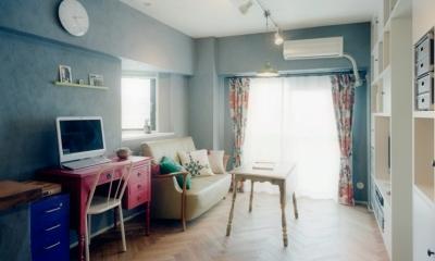 グレーの漆喰壁が家具の色を引き立たせる リノベーション / lattice