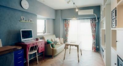 グレーの漆喰壁が家具の色を引き立たせる (リノベーション / lattice)