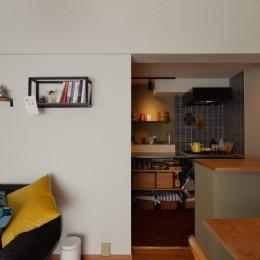 猫とくつろぐ長い廊下の家 (リビングからキッチンを臨む)