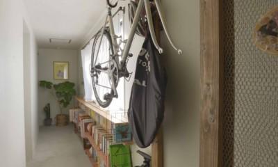 猫とくつろぐ長い廊下の家 (自転車)