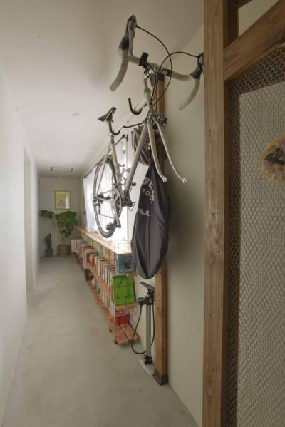自転車 (猫とくつろぐ長い廊下の家)