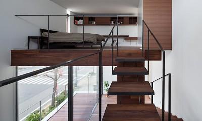 T HOUSE スキップフロアで縦につながるスペース (04 階段/寝室)