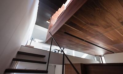 T HOUSE スキップフロアで縦につながるスペース (06 階段)
